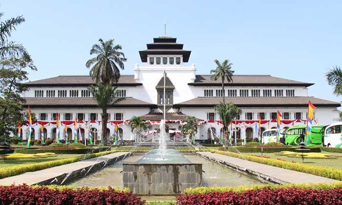 Wisata Bersejarah Gedung Sate Bandung